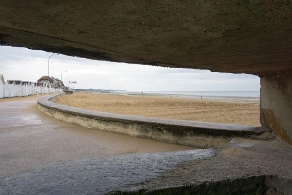 Blick aus einem verteidigungsstand auf den Strand