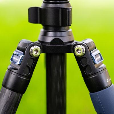 Die Arretierung der Beine lässt sich sehr leicht entriegeln und verriegelt sich bei Erreichen der vorgesehenen Anstellwinkel selbstständig.