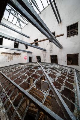Der Lichtschacht ist stark ruiniert, bietet jedoch eine gute Restaurationsgrundlage.