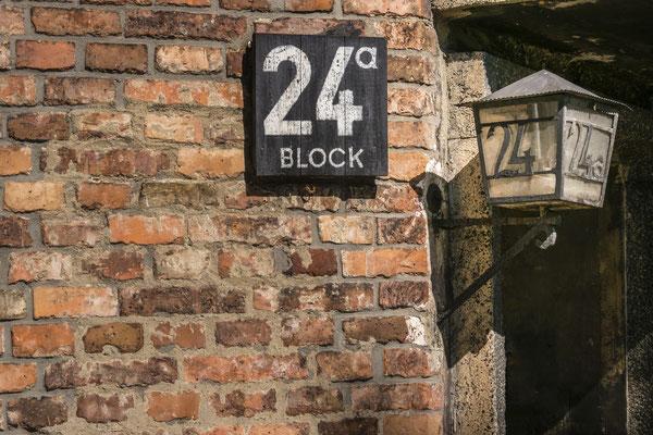 Das Lager war in Blöcke unterteilt. Jedes Haus erhielt eine Blocknummer. Teils hatten die Blöcke verschiedene Funktionen. Im Block 24 war das Lagerbordell untergebracht. Unter zwang wurden hier weibliche Häftlinge ihren Peinigern zur Verfügung gestellt.