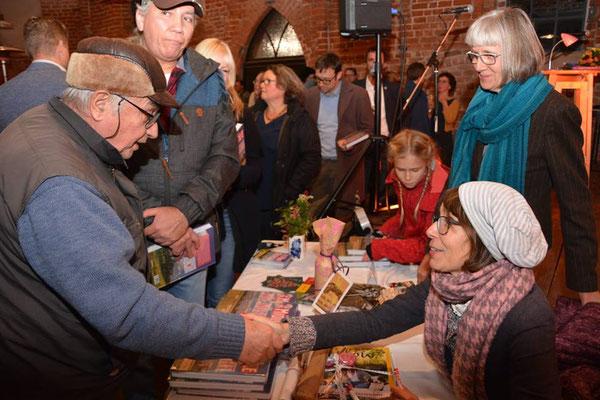 Autorin Sibylle Sperling signiert  Bücher in der Seehäuser Salzkirche