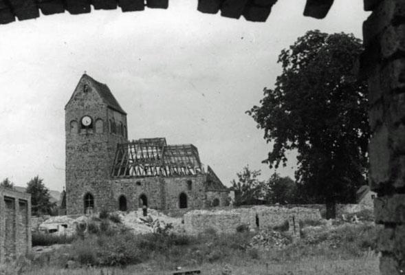 1948-Hönow-Kirche-vorn-Trümmer-Schloß