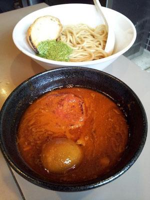 五ノ神製作所の海老トマトつけ麺、小盛りでつ。麺の上には、バゲット&ジェノベーゼが…。まるでイタリアンのようなつけ麺でつね。 【2013年4月18日】