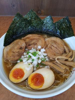 「中華そば ひびき」の特製ひびきでつ。日本蕎麦のような麺が、クセになりまつよ。  【2012年7月16日】