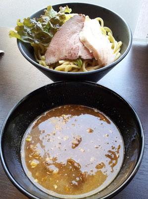 先週代々木にオープンした『麺屋 萬/YOROZU』の上つけ麺でつ。共産党本部ビルのそばにあり、以前は『陳麻家』という担々麺専門店ですたな。昼はつけ麺のみなので、ラーメン派のおではもう行かないと思うが、つけ麺好きにはおすすめかも。 【2012年7月9日】※閉店