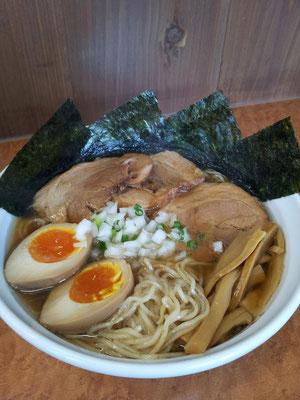 久しぶりの水中ウォーキングの後に、コレまた久しぶり、ひびきの特製中華そばでつ。日本蕎麦風の麺が、美味しいんでつよ、奥さん! 【2013年5月11日】