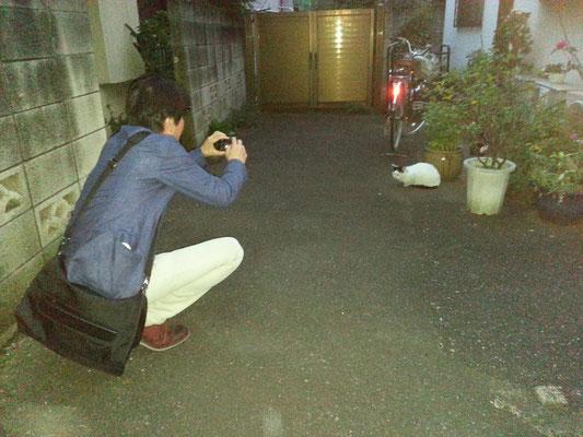 お疲れにゃん♪ ぬこ田さんを撮影すている斉藤ユキオさんを撮影するおで。 【2014年10月10日】