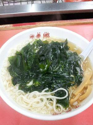 平塚ナイトの〆は、老郷本店のタンメンでつ。そのまま食べると酸っぱさが気になりまつが、ラー油を投入すると、そこそこ味がしまる不思議な麺ですたよ。まっ、550円だすな。(-.-) 【2012年10月5日】