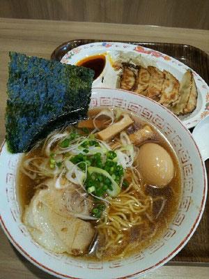 浜松SAにて、浜松餃子と醤油らーめんセットちう。どのへんが浜松な餃子なのか、いまいち不明でつが。 【2012年7月10日】