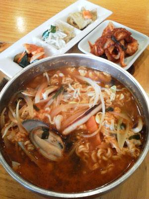 韓国料理店、代々木大使館の海鮮らーめんスミダ。麺がインスタントの辛ラーメンみたいでつたよ。キムチをぶち込んだら、頭皮からすごい汗が!w 【2012年5月18日】
