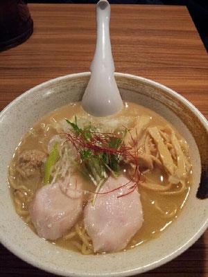 打ち合わせで新橋に来たので、食べログの1位店、麺屋武一で濃厚鶏白湯そば。かなり濃厚でつ。 【2013年2月8日】