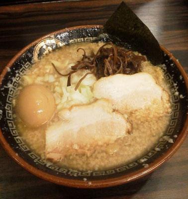 ムサコの『丸め』というお店の『背脂煮干ラーメン』でつ。味は濃いわ、麺はミミズ並みに太くてごわごわで、半分以上残してすまいますた。ごみんなさい。 【2012年4月30日】