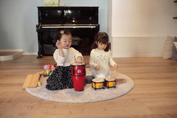Ritomicoのカフェルームで遊ぶ2人の女の子