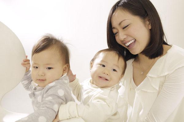 2人の赤ちゃんをお世話する女性