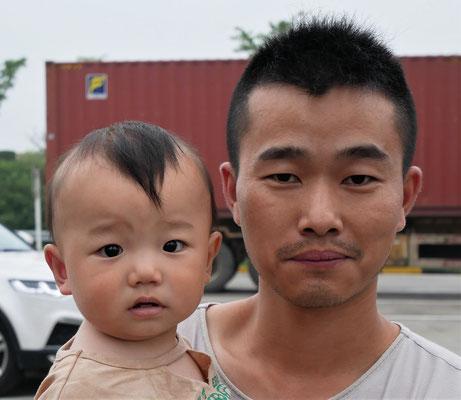 Reisender Papa mit seinen beiden Kindern