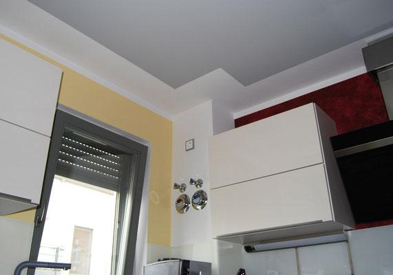 Wohnung in der Altstadt, Ingolstadt, Küche mit Farbfeld an der Decke