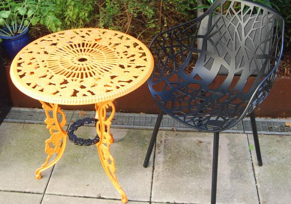 Beistelltisch aus Gusseisen und Sessel aus Metall