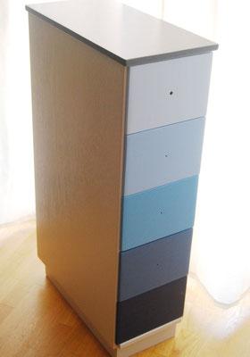 Kommode: Schubladen mit Blauverlauf
