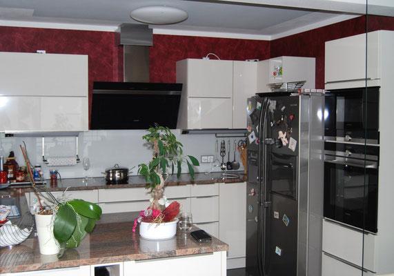 Wohnung in der Altstadt, Ingolstadt, Küche mit roter Wischtechnik