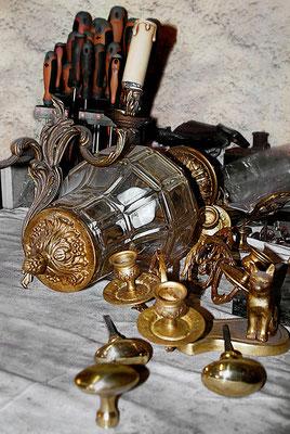 Différentes pièces de bronze attendent leur montage dans l'atelier Lumibronze