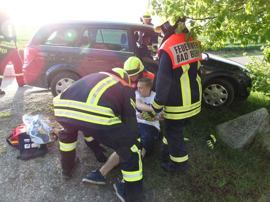 Vorsichtig wird der Beifahrer aus dem verunfallten PKW geholt.