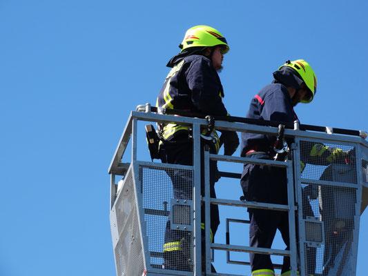 Natürlich erfolgt das Training nicht ohne Sicherung-hier durch die Feuerwehr Haltegurte.