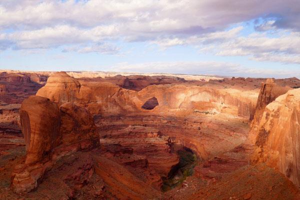 Blick von der Kante zum Stevens Arch und runter zum Escalante Canyon und Coyote Gulch