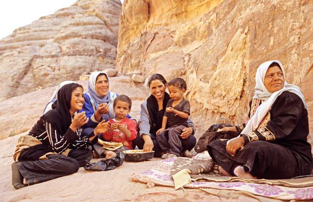 Beduinenfamilie beim Mittagessen in Petra, Jordanien | Foto © Lutz Jäkel