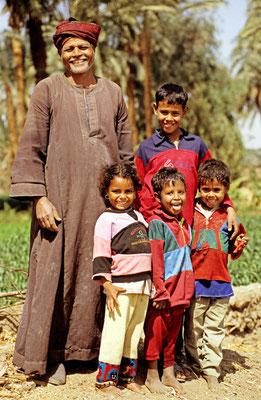 Ägyptischer Bauer mit seinen Kindern am Nil | Foto © Lutz Jäkel