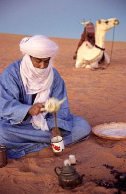 Teekochen in der libyschen Wüste | Foto © Lutz Jäkel