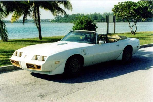 POntiac Firebird 1980 V8 5 l (Mr Mike J. 16). Modéle Cabrio assez rare - moteur 305 - intérieur Gold: tableau de bord, volant et console boite Auto