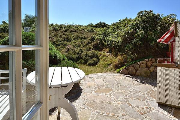 Sonnen-Terrasse mit Strandkorb und Gartenmöbeln