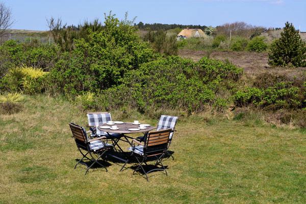 Frühstücken im hinteren Garten mit Heidelandschaft