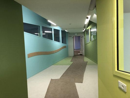 Maternelle : à droite le dortoir, à gauche une salle de classe