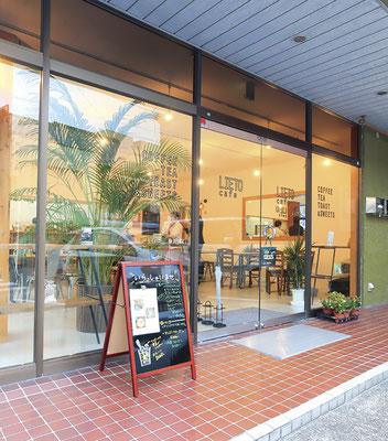 ガラス張りの外観が目をひく開放的な店内。