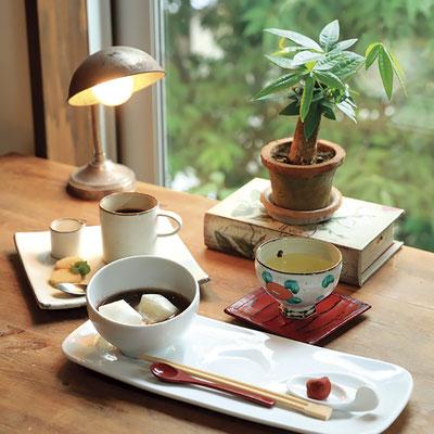 大納言小豆をふっくら甘さ控えめに 炊き上げた手作りぜんざいを目あてに 訪れる方も多いそう。 ぜんざい/¥750(温・冷)、ドリンクセット/¥1,000 ※共に税別
