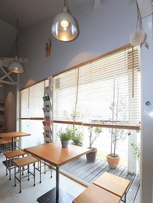 明るい店内はカウンターの他、テーブル席が3つ。優しい時間が流れる空間です。