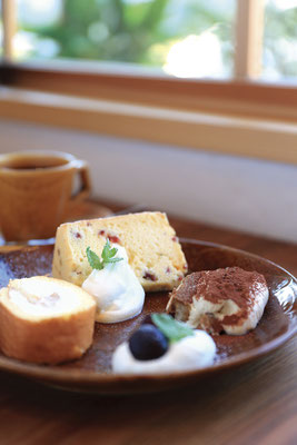 シフォンケーキやロールケーキ、ティラミスなど店主おすすめのスイーツ3種盛合せと、オーダーを受けてからハンドドリップで淹れるオリジナルブレンドコーヒー。おまかせプレート/¥400、madocafeブレンド/¥450