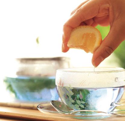 カップに注いだブルーのティーにレモンを絞るとピンク色に色が変わる不思議な紅茶。マローブルー/¥500