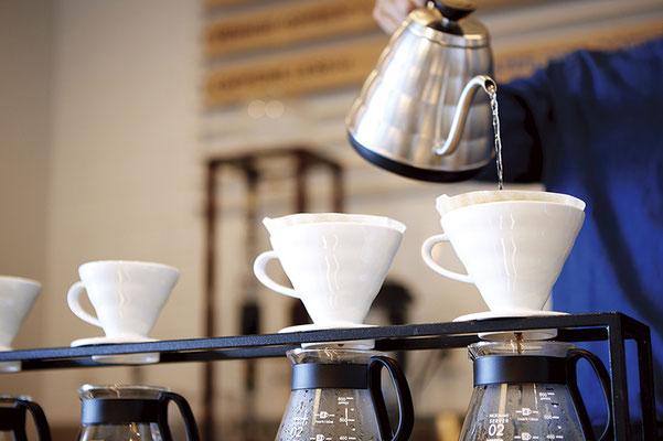 産地や品質にこだわったブレンドコーヒーは、 ハンドドリップで提供。成熟した味わいを楽しんで。 ハンドドリップコーヒー/¥320~