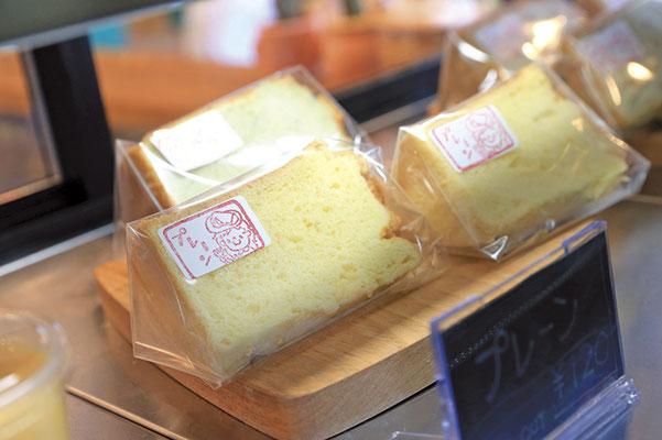 季節ごとに変わるシフォンケーキ。ベーキングパウダー不使用。メレンゲのみでふわふわ滑らかな食感を実現しています。テイクアウトのみもOK。シフォンケーキ/プレーン¥120~