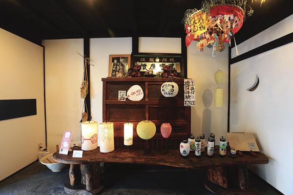 非日常感を創り出す趣ある店内では、ミニ提灯絵付け体験 (2,500円税込ドリンク付き)もできる。