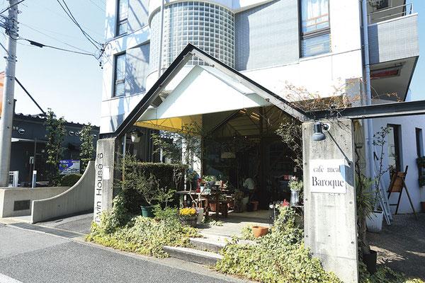 カジュアルな穴場カフェ。店内は味のある家具やオブジェで素敵な空間に。