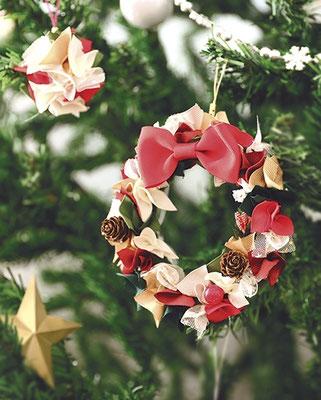 リボンで作ったまん丸リース。カラフルなミニリボンでクリスマスツリーも華やかに♪