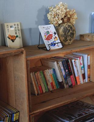 店内のいたる所に本や雑誌が。どれにしようか迷ってしまいそう。