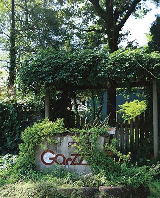 まるで秘密の花園へ続く入口のような門を抜けると水色の可愛い建物がお出迎え。