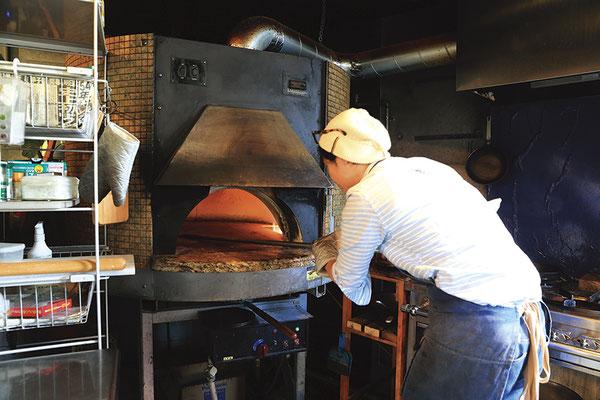 高温且つ短時間で焼き上げることにより、ピザはパリパリに、肉は外カリッと中ジューシーな仕上がりに