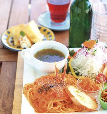 人気のランチは3~6種類のメニューを 日替わりで提供。 マッシュルームカフェのランチ/メイン+サラダ&スープ+デザート+ドリンク¥1,200~ (写真は蟹のトマトクリームパスタ¥1,300)