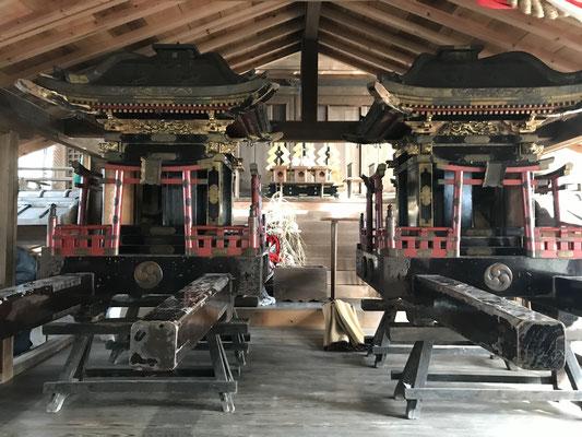 本殿前に安置された神輿