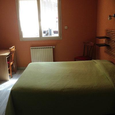 Chambre lit king size 2 personnes hôtel de la gare Bar le Duc